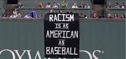 MLB》球迷突襲紅襪球場 掛出種族歧視大旗