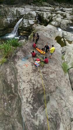 女子偕友7人遊南庄神仙谷 跨越欄杆摔傷獲救