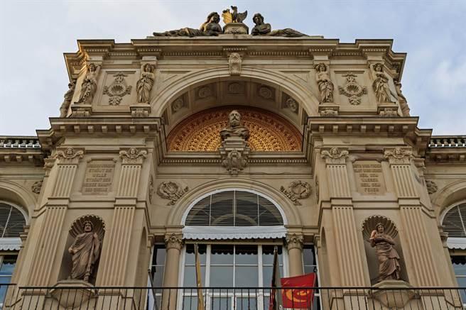 全德國最華麗的大浴場是位於巴登巴登的弗里德里希浴場,主體建築建於19世紀,屬於新文藝復興風格。(圖片取自於 弗里德里希浴場官網)
