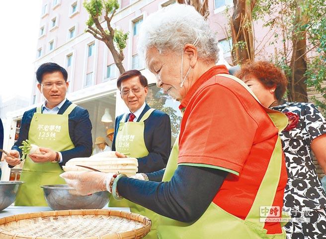 中市府今年起調整老人健保補助,僅補助65歲以上低收入與中低收入老人,節省逾13億元。(盧金足攝)