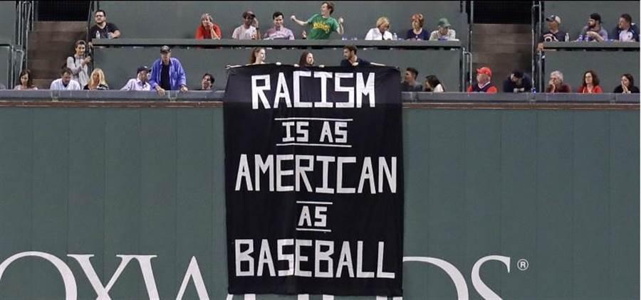 紅襪場邊被人掛出種族歧視的大黑旗。(美聯社)