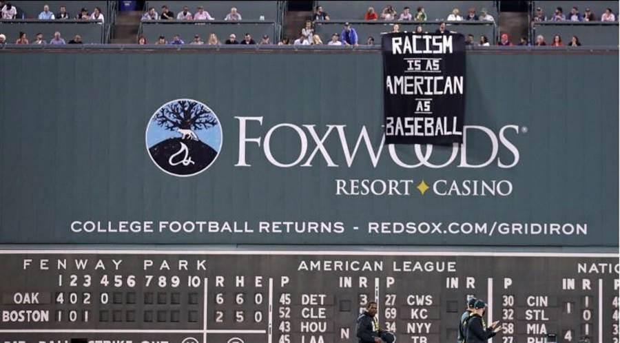 紅襪芬威球場人員反應不及,黑旗懸掛數分鐘之久。(美聯社)