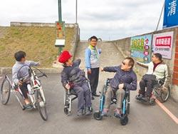 高美溼地 輪椅族爬坡好險