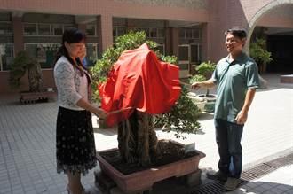 過世老師以三個聖筊把樹石盆景送給生前服務的學校