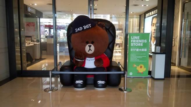 LINE FRIENDS台中中港店慶開幕,4米限定熊大巨型氣球吸引眾多粉絲前來朝聖拍照。(馮惠宜攝)