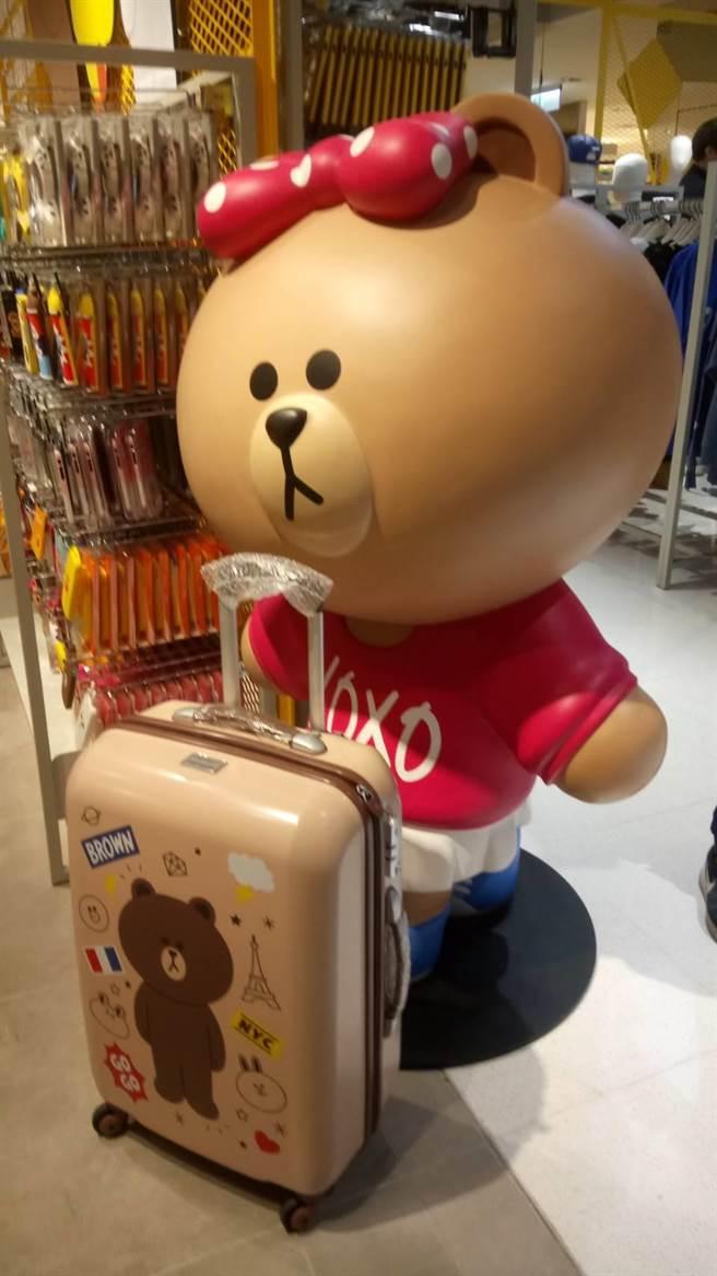 LINE FRIENDS x Samsonite聯名造型行李箱在LINE FRIENDS台中中港店獨家亮相。(馮惠宜攝)