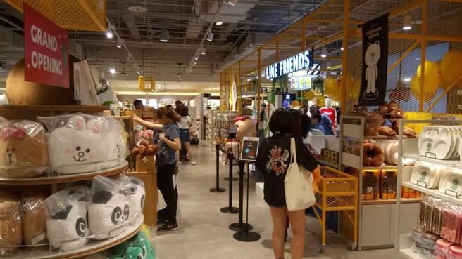 台中「熊大樂活市集」開幕吸引許多粉絲來店拍拍樂。(馮惠宜攝)
