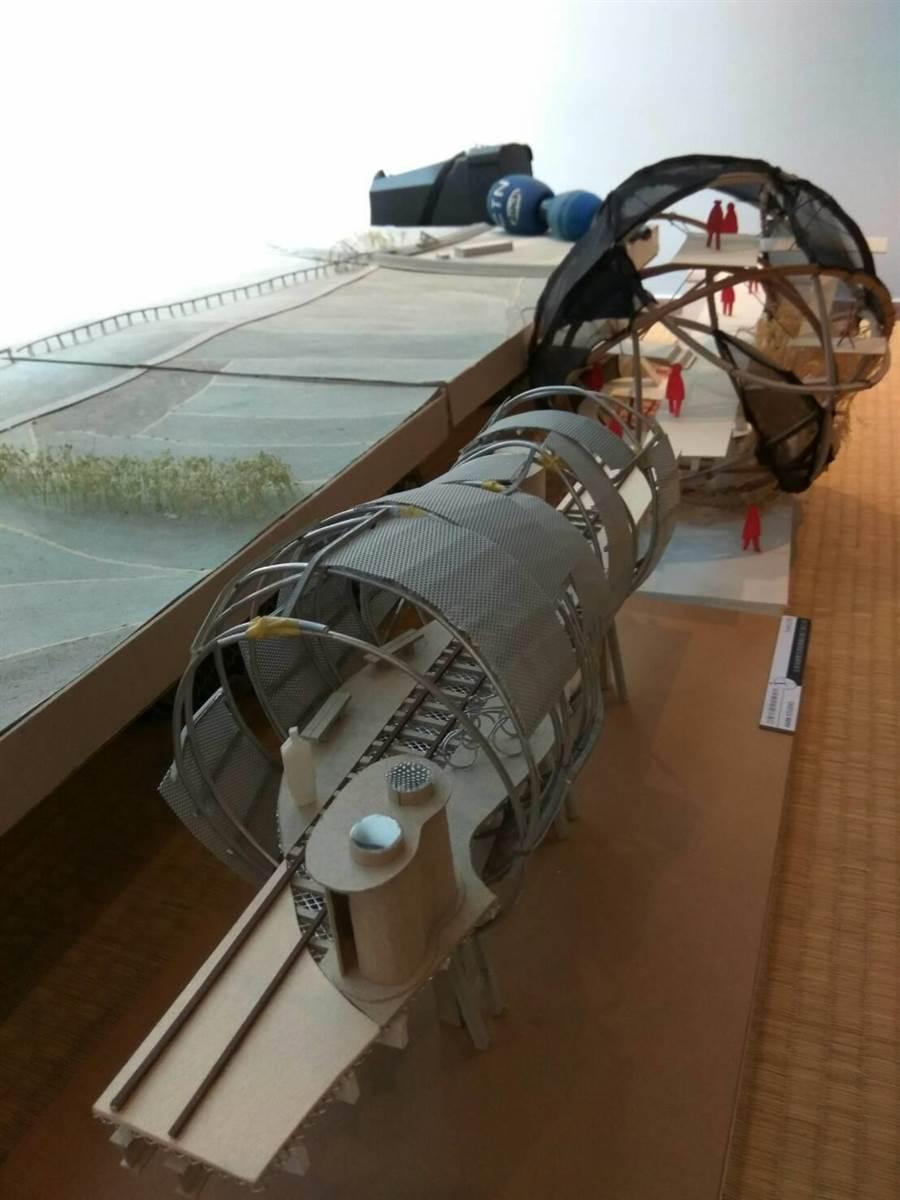 建築師廖偉立(中)設計《現地鐵道橋遺址博物館》案,讓全國最長糖鐵復興鐵橋重生,其中也有地景的雕塑。(許素惠攝)