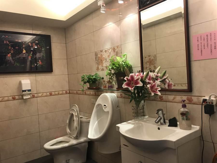 在50年老字號小吃店內,竟然有五星級的高級洗手間(陳昕琳攝影)