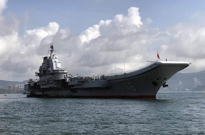 共軍遼寧號航母(見圖)已完成下水並進入服役階段,從照片可知採用滑躍式甲板,未來第2艘航母據稱將採用平直式甲板,可容納更多艦載機與武器。(圖/中新社)