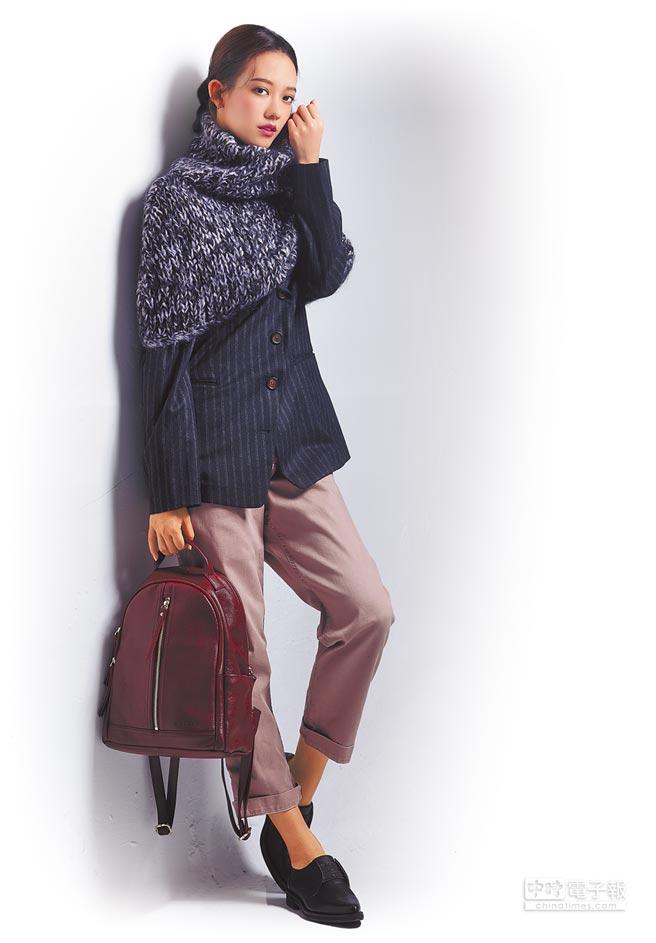 孟耿如個性與甜美的臉孔相反,偏好帥氣、中性的打扮;穿Brunello Cucinelli斜扣直紋西裝外套11萬600元、暗粉色男友風牛仔褲2萬6700元、亮片短版斗篷2萬7700元;拿aBoutmi酒紅色後背包6280元。(JOJ PHOTO攝)