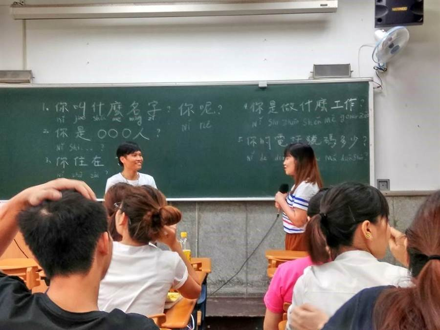輔大志工隊教導外籍移工學中文。(教育部提供)