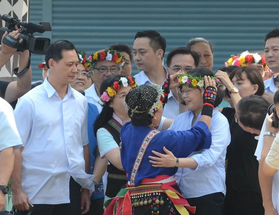 總統蔡英文前往南王部落,耆老林清美為她戴上花環。(黃力勉攝)