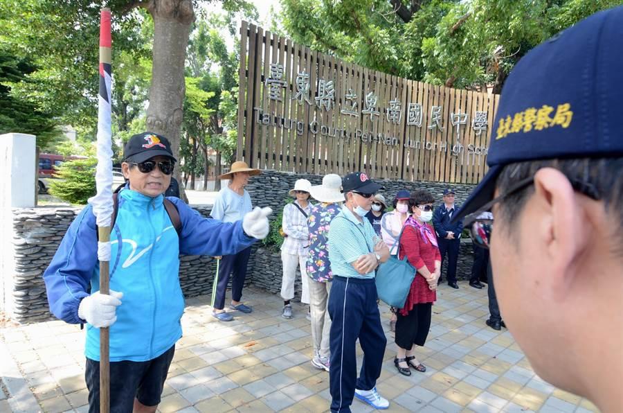抗議年金改革的民眾對著警察表示,警察應該要站在反年改陣營。(黃力勉攝)
