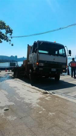 地基疑遭重車壓毀 淡水工人駕怪手墜河亡