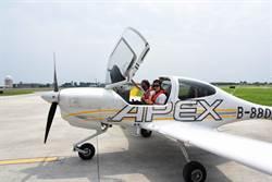 安捷飛航訓練中心3周年 縣長黃健庭飛行初體驗