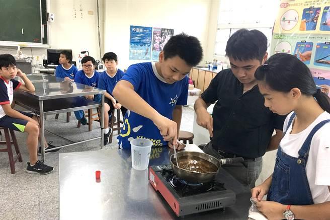 集集鎮長陳紀衡(右二),指導小朋友製作滅蟻用的液態餌劑。(沈揮勝攝)