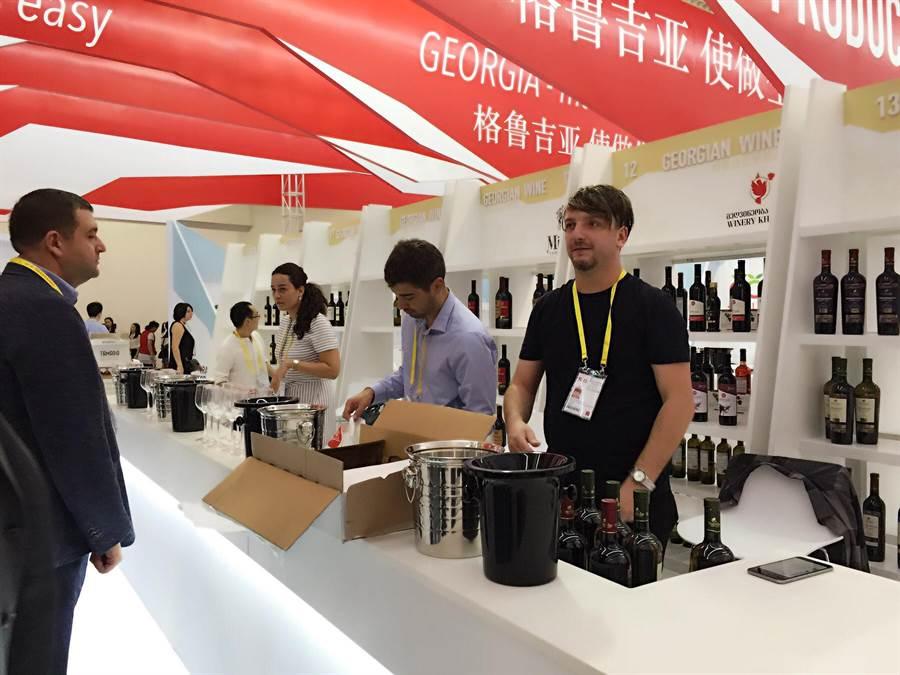 展館以紅白相間設計的格魯吉亞成為本次廈洽會「主賓國」,圖中格魯吉亞客商正推介葡萄酒。(王雅芬/攝)