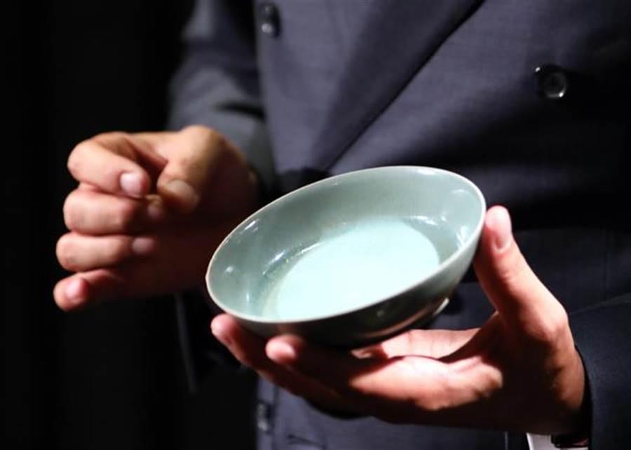 香港蘇富比中國藝術品2017年秋季拍賣會將於10月3日在香港會議展覽中心舉行,焦點拍品為「北宋汝窯天青釉洗」,傳出是曹興誠所釋出。(圖/新華社)