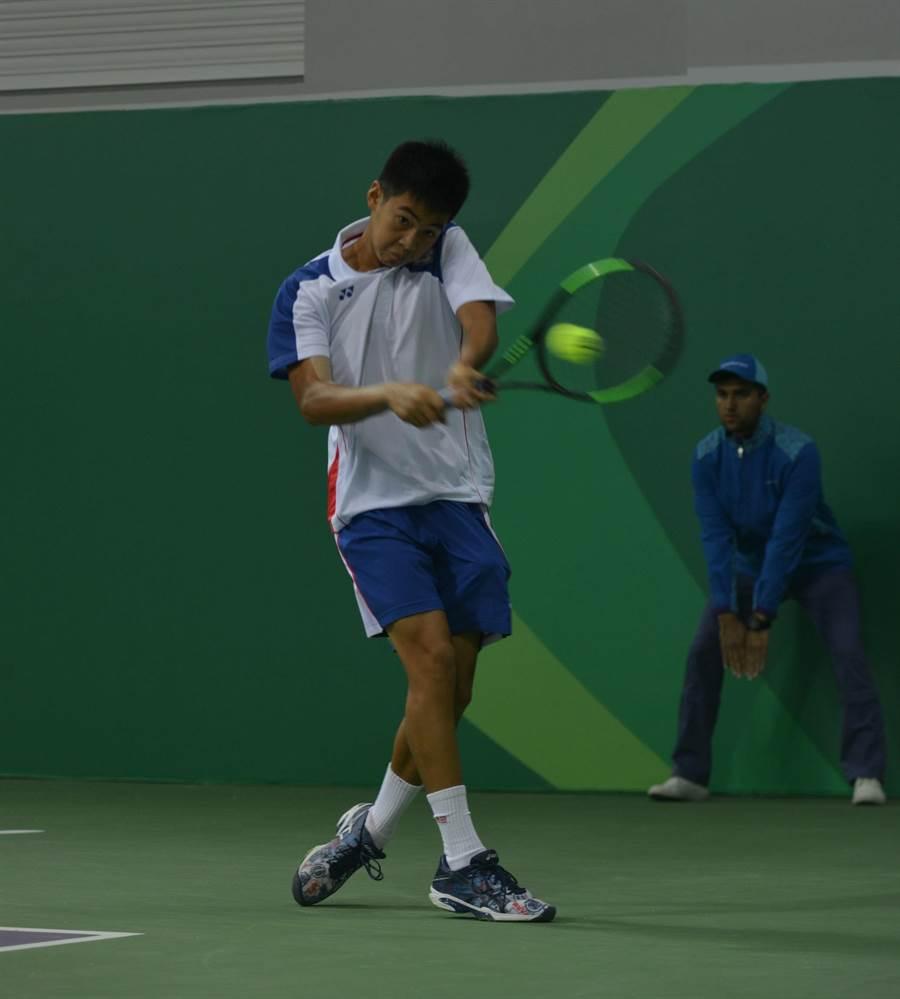 亞洲室內運動會首度披上國家隊戰袍的16歲網球小將羅翊睿,首戰送給對手兩顆鴨蛋輕鬆獲勝。(中華民國體育記者協會提供)