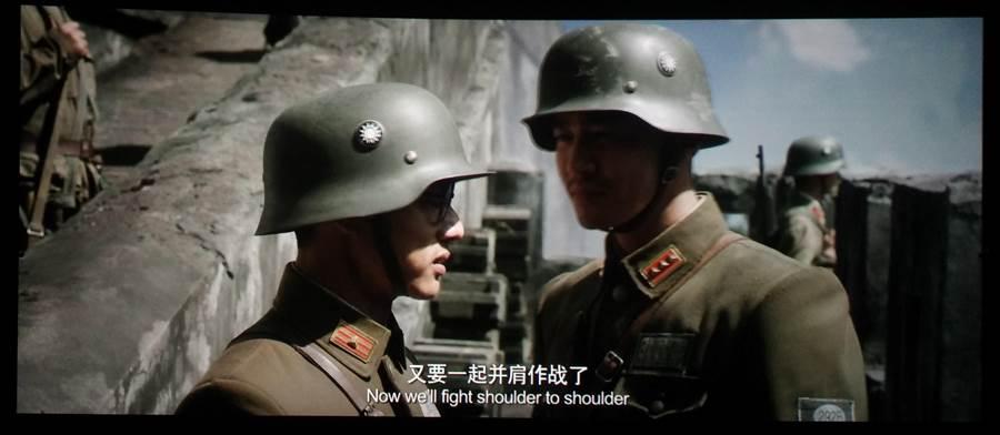 描述國軍在淞滬會戰英勇抗日的大陸電影《捍衛者》,出現許多國軍戴著印有國民黨徽的軍盔。(圖/陳君碩)