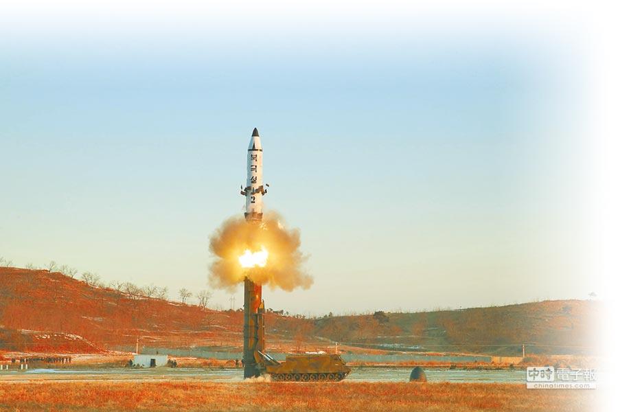 北韓進行遠程戰略彈道飛彈試射。(新華社資料照片)