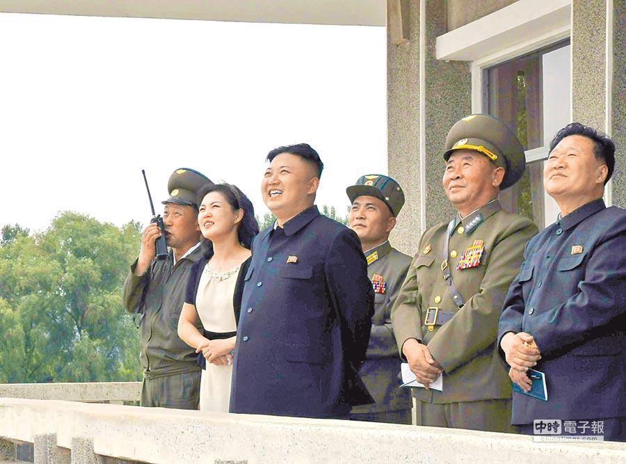 北韓領導人金正恩(左3)攜夫人李雪主視察部隊演練。(CFP)