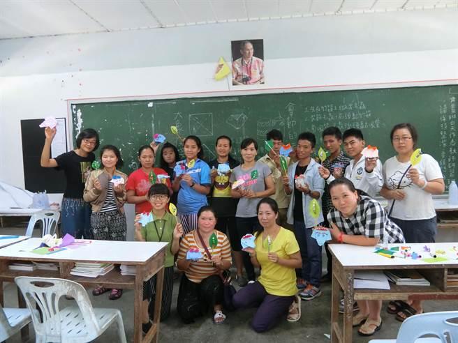 國立臺中教育大學青年海外志工服務隊現在是師資培育時間,團員廖芷盈正在進行美勞科目的教學,當地老師非常用心學習。(圖/教育部提供)