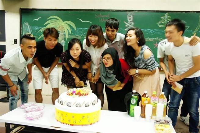 青年志工為外籍移工辦理慶生活動。(圖/教育部提供)