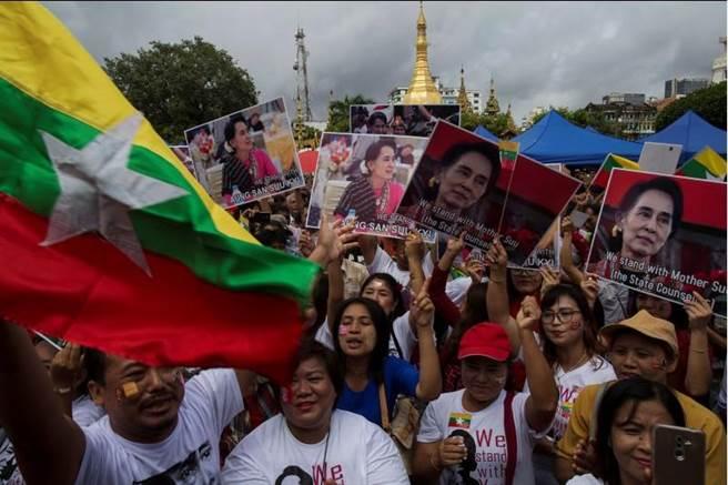支持翁山蘇姬的緬甸民眾聆聽演說時的激動神情。(圖/路透)