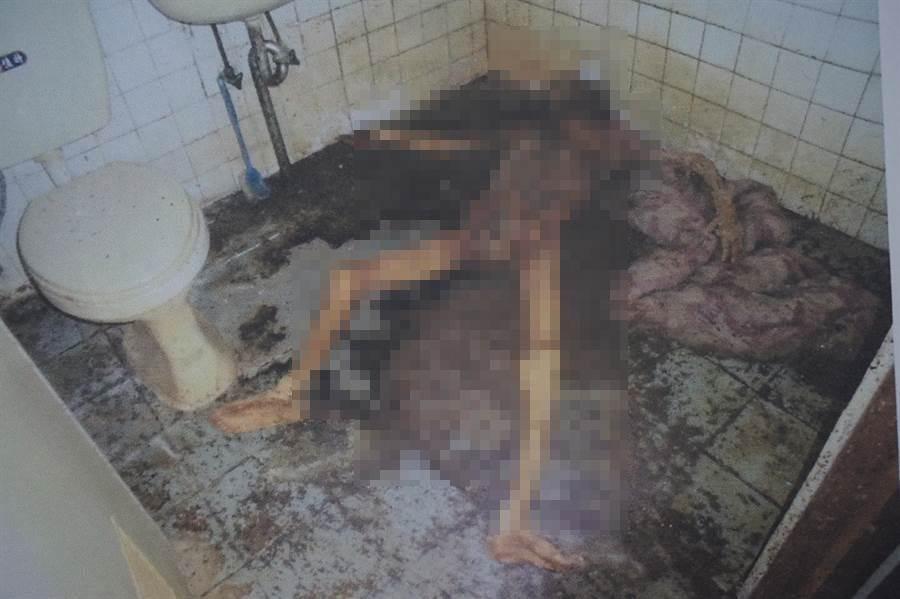 疑似是屋主哥哥的乾屍在浴室裡被發現。(呂妍庭翻攝)