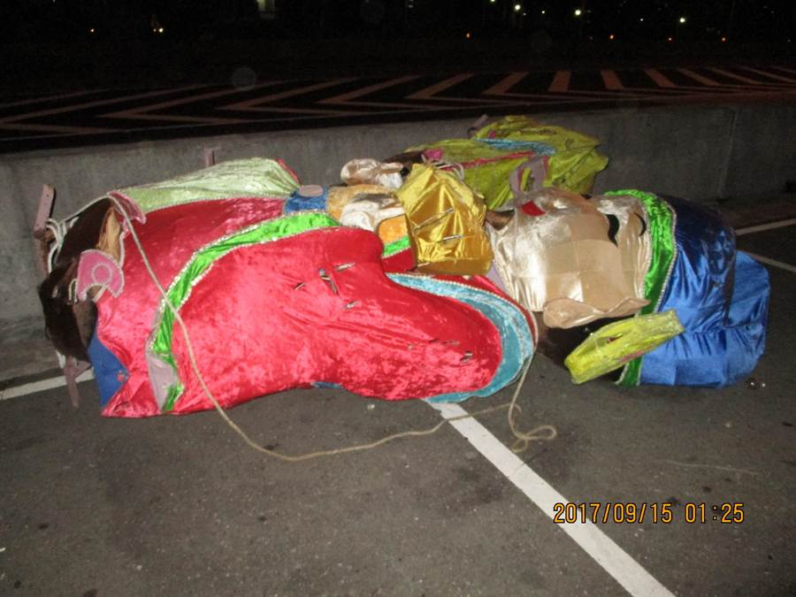 正值鬼月,國道上掉落的大型花燈嚇壞用路人。(陳心瑜翻攝)
