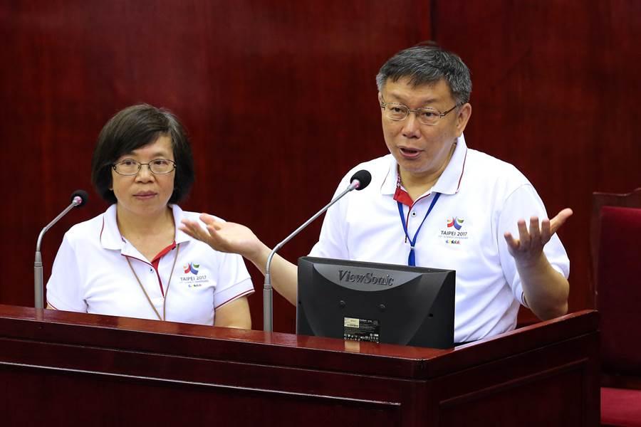 台北市議員汪志冰直言,秘書長蘇麗瓊要離職,竟被柯文哲揶揄「無利可圖」,這些言論極其不尊重人,要求柯正式向市府團隊道歉。圖為6月兩人赴市議會備詢。(黃世麒攝)