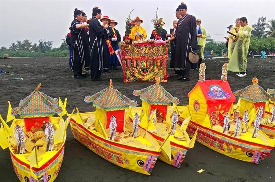 東港東隆宮舉辦普渡,重頭戲是「放水船」儀式,由道長主持法會。(潘建志攝)