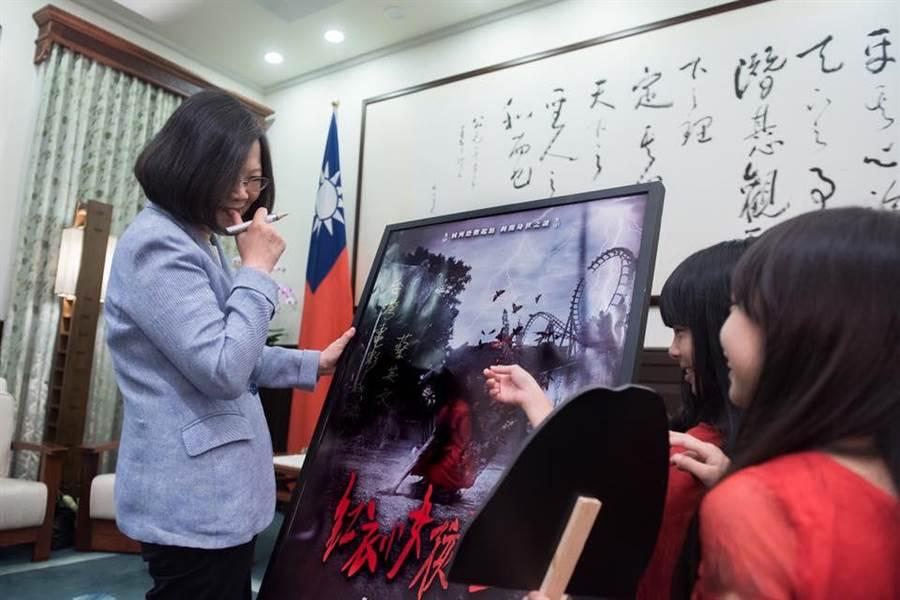 蔡英文宣傳紅衣小女孩,透露自己愛看電影。(取自蔡英文臉書)