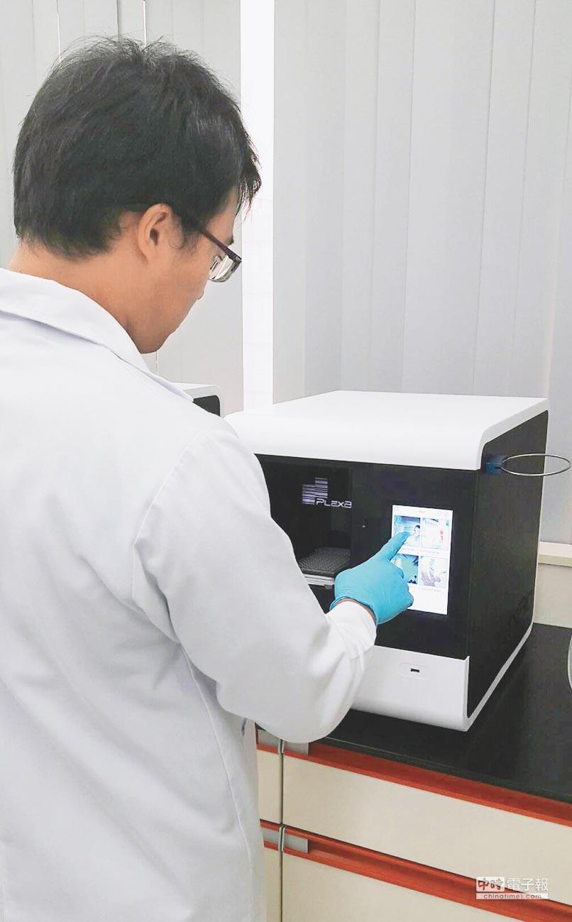 檢測人員正在操作博錸微量盤清洗機IntelliPlexTM 1000πCode Processor。圖/業者提供
