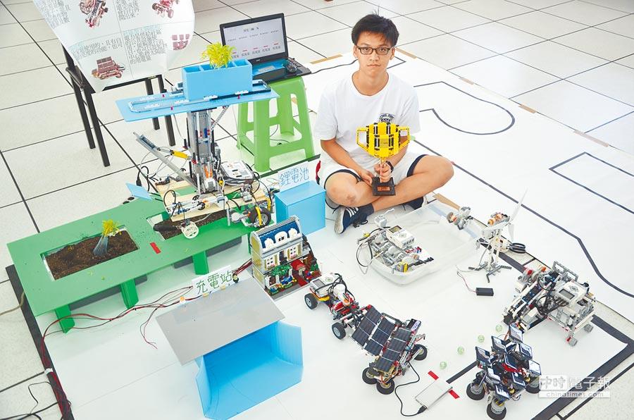 楊梅區治平高中2年級學生葉柏勛和好友參加WRO國際奧林匹亞機器人全國總決賽,以「綠色城市」為主題,獲得第1名。(賴佑維攝)