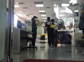 銀行搶案  歹徒挾持婦人得手30萬逃逸