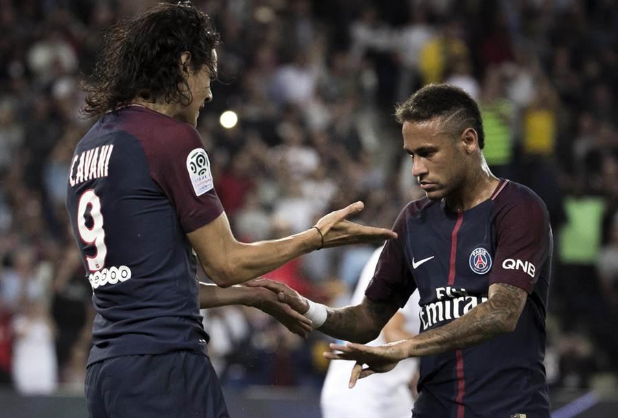 巴黎聖日耳曼爆發卡瓦尼(左)與內馬搶踢12碼球的不合爭議。(美聯社資料照)