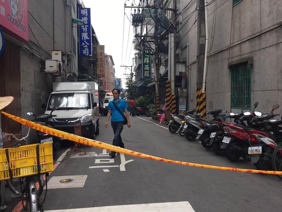 土城日新街傳出槍響,2位民眾中彈後無生命跡象,警方封鎖現場採證中。(吳堂靖攝)