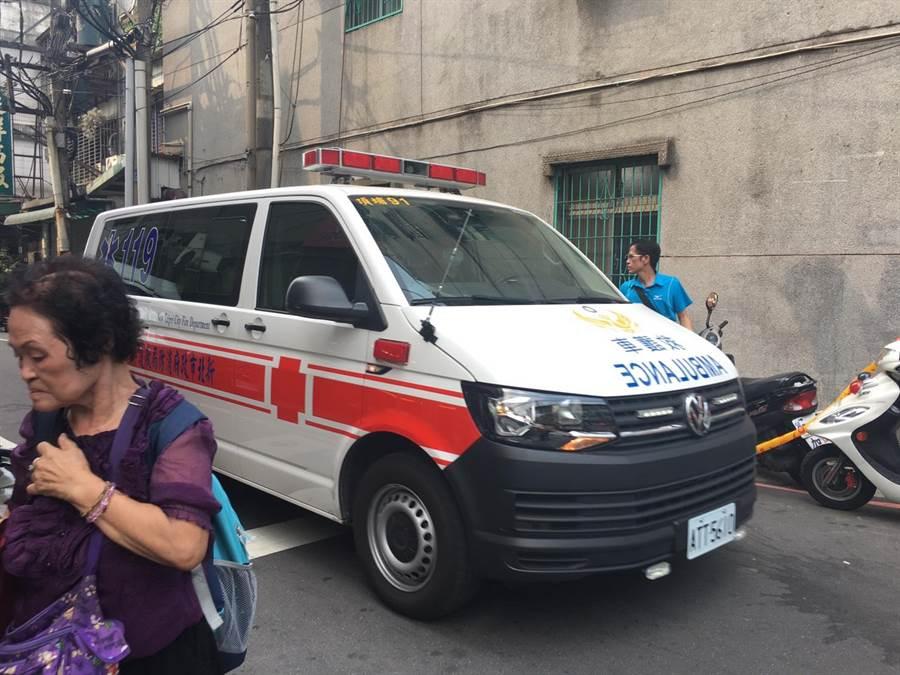 救護車緊急將傷者送醫急救。(吳堂靖攝)