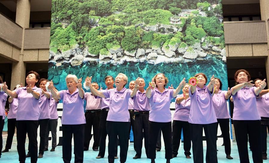 「千歲」合唱團唱出國境之南充滿豐沛能量的銀髮力。(林和生攝)