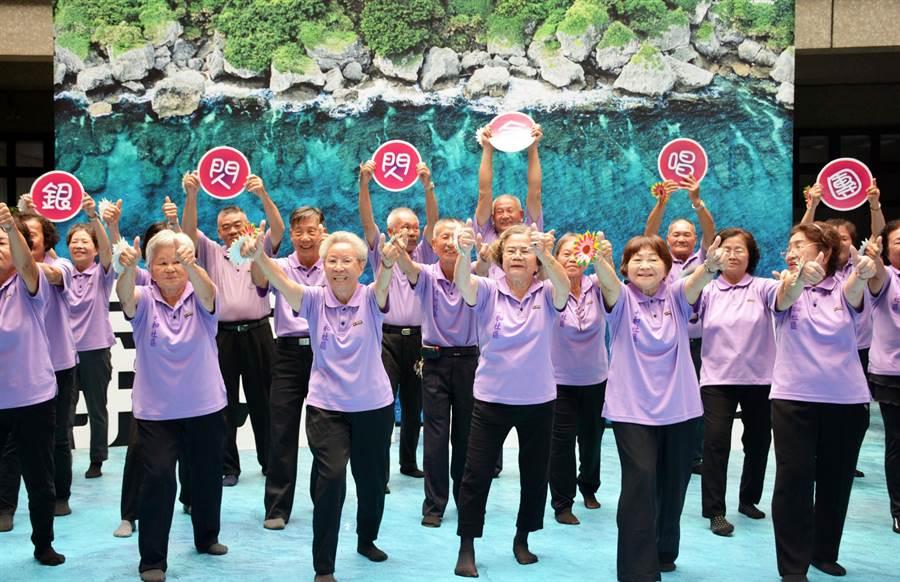 銀閃閃合唱團唱出長輩健康活力。(林和生攝)