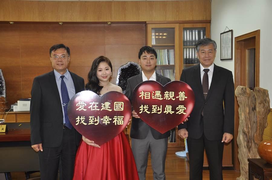 建國科技大學畢業生陳禹安、黃建彰回母校拍婚紗和師長留影。(吳敏菁攝)
