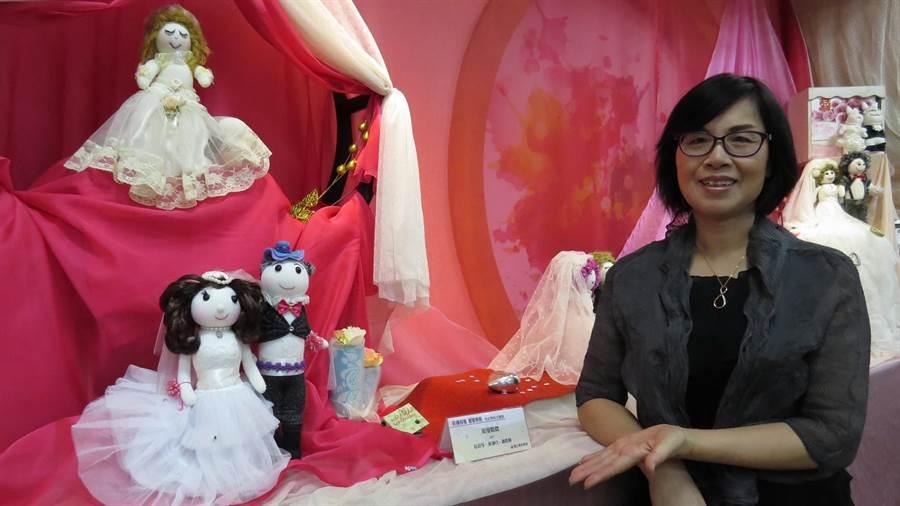 徐彩琴與她的襪娃作品,都有著濃濃的關懷心。鐘武達攝。