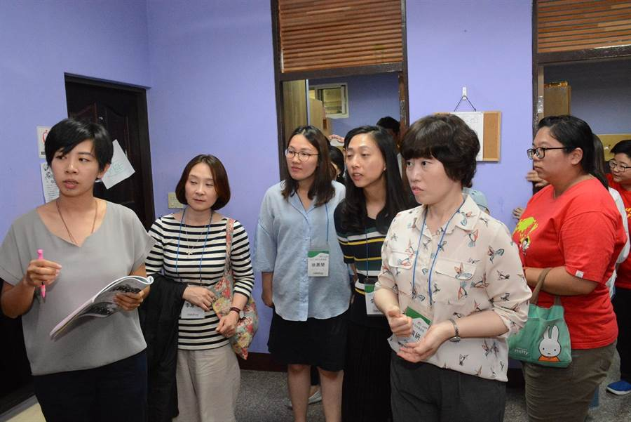 韓國家扶參觀雲林家扶希望學園,了解設施配置。(張朝欣攝)