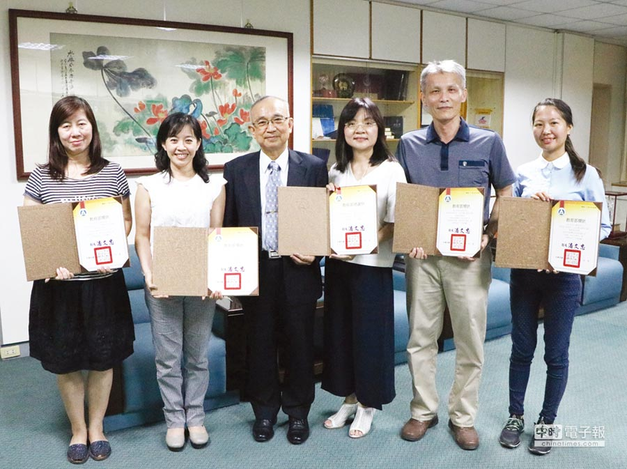 崑山科大校長蘇炎坤(左三)肯定該校數位學伴團隊貢獻;圖右三為計畫主持人蔡佩芳。圖/葉圳轍