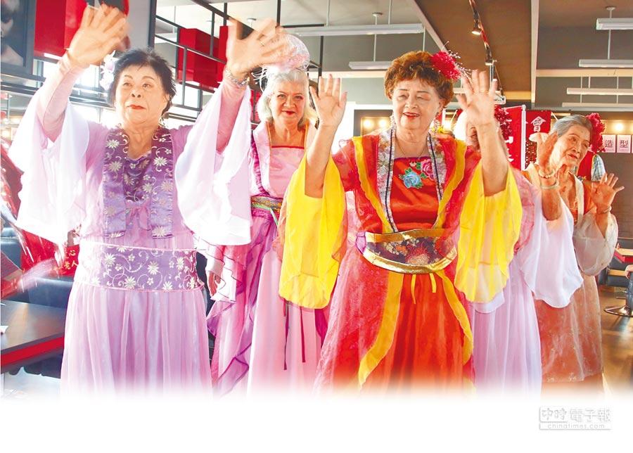 華山基金會為獨居長者舉辦的走秀競美,將阿嬤裝扮成廣寒宮的美女天仙,不但長者歡樂,更博得在場來賓滿堂喝釆。(楊樹煌攝)