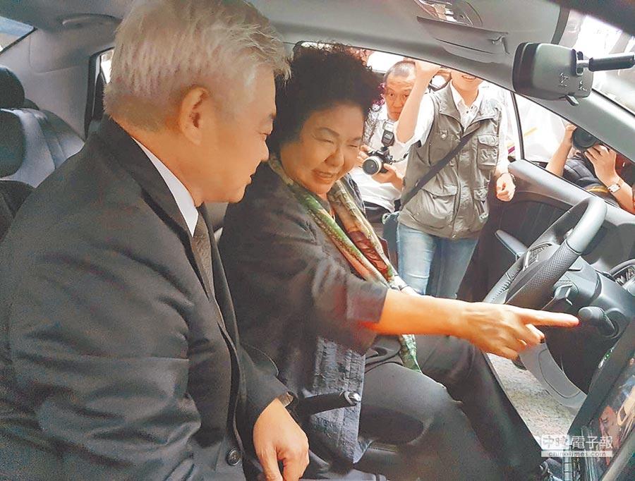 高雄市長陳菊(左2)19日校閱綠能運具並親自試乘體驗。(本報系記者劉宥廷攝)