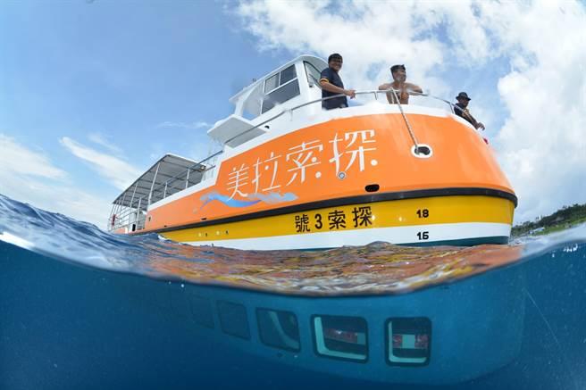 小琉球當地業者斥資上千萬,自行打造具海上平台多功能的「探索拉美號」半潛艇,強調安全又不傷及海龜。(鵬管處提供)